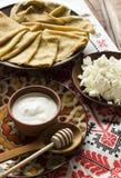 稀薄的乌克兰绉纱,酸奶干酪,在陶器的酸奶油 免版税库存图片