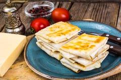 稀薄的亚美尼亚面包lavash信封油煎了与乳酪、蕃茄和绿色酥脆外壳装填热的早餐 库存照片