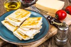稀薄的亚美尼亚面包lavash信封油煎了与乳酪、蕃茄和绿色酥脆外壳装填热的早餐 免版税库存照片