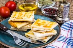 稀薄的亚美尼亚面包lavash信封油煎了与乳酪、蕃茄和绿色酥脆外壳装填热的早餐 免版税图库摄影
