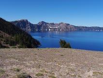 稀薄的冰的Crater湖 免版税库存图片
