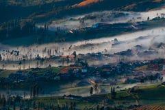 稀薄的包围村庄的雾和薄雾 免版税库存照片