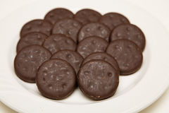稀薄的巧克力和薄菏曲奇饼 免版税库存照片