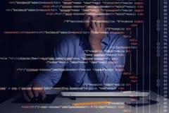 程序员与在屏幕上的编程的代码一起使用 免版税库存照片