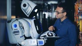 程序员和机器人工作在数据中心,关闭  股票视频