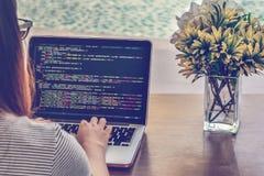 程序员` s特写镜头在一个夏日递研究在一台膝上型计算机的原始代码 免版税库存照片