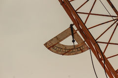 程度在俯仰运动塔cra的三角帆的倾向设备 免版税库存图片