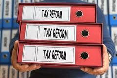 税收改革概念词 3d概念被回报的文件夹照片 圆环包扎工具 免版税库存照片