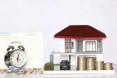 税时间概念,式样房子和汽车有堆积的硬币金钱 免版税库存照片