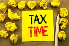 税时间 征税在葡萄酒背景的稠粘的便条纸写的财务提示的企业概念 被折叠的黄色pap 免版税库存图片