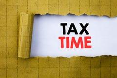 税时间 征税在黄色的白皮书写的财务提示的企业概念折叠了纸 免版税库存图片