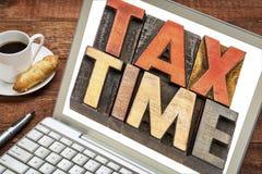 税时间在膝上型计算机的词摘要 库存照片