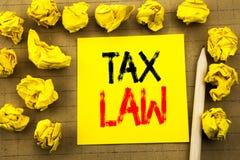 税法 征税在葡萄酒背景的稠粘的便条纸写的税收规则的企业概念 被折叠的黄色纸  图库摄影