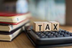 税的词拼写了与五颜六色的木字母表块 选择聚焦,浅景深 库存照片
