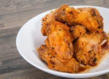 稠粘的中国鸡翼用酱油和芝麻 免版税库存图片