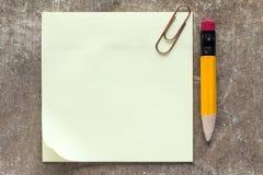 稠粘的笔记、纸夹和铅笔 免版税图库摄影