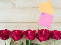 稠粘的笔记和红色玫瑰10 图库摄影