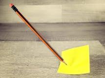 稠粘的笔记和铅笔问题或者政策制定概念 库存图片