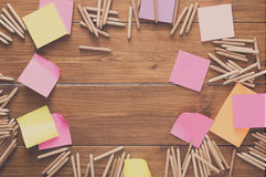 稠粘的笔记和颜色铅笔在木书桌上 图库摄影