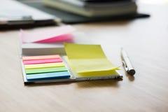 稠粘的笔记,圆珠笔,在办公桌上的笔记本 事务, w 库存图片