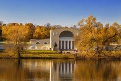 稳定的围场的大厦有音乐亭子的上部池塘的岸的Kuzminki庄园的,莫斯科 库存照片