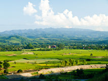 稻田和moutain查看Mae Suay水库,清莱 免版税库存照片