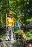 稻草人在一个公园里 免版税库存图片