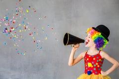 滑稽孩子小丑使用室内 免版税库存图片
