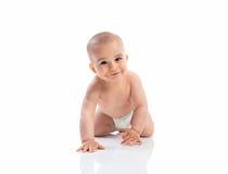 滑稽微笑的婴孩爬行 免版税库存照片