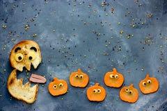 滑稽的万圣夜食物背景面包妖怪eatsl南瓜 库存图片