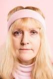 滑稽的妇女画象桃红色背景真正的人民高定义 免版税图库摄影