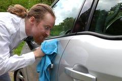 滑稽的人洗涤的汽车画象 免版税图库摄影
