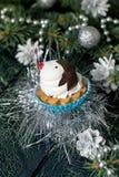 以滑稽的企鹅的形式圣诞节杯形蛋糕 库存照片
