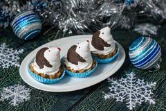 以滑稽的企鹅的形式圣诞节杯形蛋糕 免版税库存照片