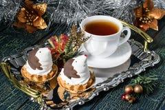 以滑稽的企鹅的形式圣诞节杯形蛋糕 库存图片