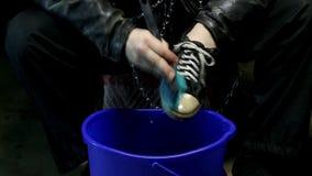 滑稽的低劣的清洁鞋子关闭  股票录像