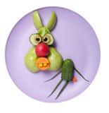 滑稽的兔子由绿色菜做成 免版税库存照片