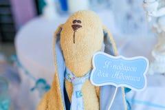 滑稽的兔子,织品玩具 库存照片