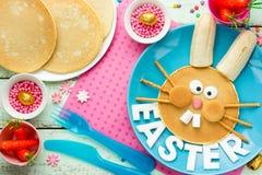 滑稽的兔宝宝薄煎饼用复活节的果子用早餐 免版税库存图片