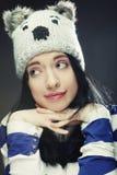 滑稽的冬天帽子的少妇 免版税库存图片