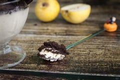 滑稽的匙子和乳脂状的梨乳酪蛋糕与OREO饼冠上 库存图片
