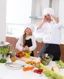 滑稽的厨师大师和小辈孩子女孩烹调的疯狂的学校 免版税库存图片