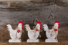 滑稽的受欢迎的白色鸡雄鸡国家村庄厨房木头 库存照片