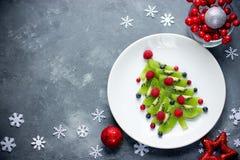 滑稽的可食的圣诞树,圣诞节孩子的早餐想法 免版税库存照片