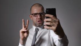 滑稽的商人经理做selfie电话 影视素材