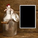 滑稽的圣诞老人和牛奶能圣诞节框架 免版税库存图片