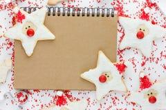 滑稽的圣诞老人曲奇饼-圣诞节和新年为孩子对待 免版税库存图片