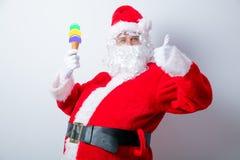 滑稽的圣诞老人用冰淇凌 免版税库存图片