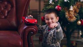 滑稽的圣诞老人的帽子的小男孩使用 股票视频