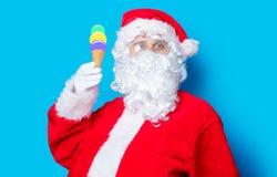 滑稽的圣诞老人获得一个乐趣用冰淇凌 免版税库存照片